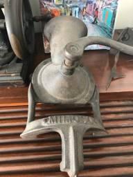 Moedor de grãos e balança antigos