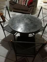 Mesa com cadeiras!