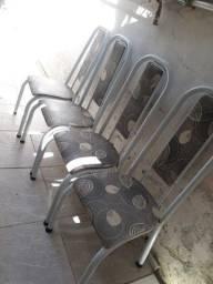 4 cadeiras com marcas de uso