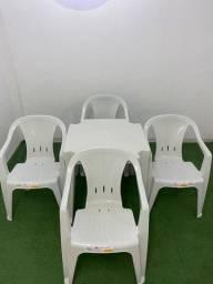 mesa com cadeira de plastico com braço