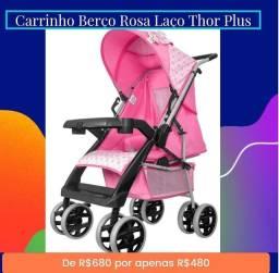 Carrinho de bebê rosa com laço