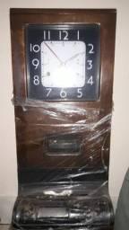 Antigo relógio de ponto marca International