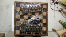 Tabuleiro de xadrez em pedra.