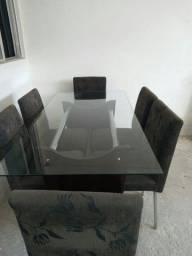 Uma mesa de vidro com 6 cadeiras