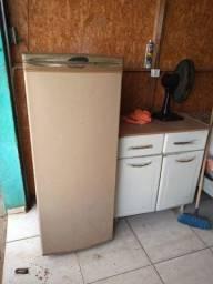 Título do anúncio: Vende um geladeira pequena gela muito