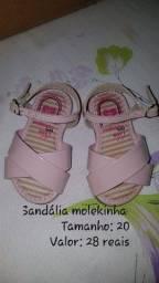 Sandálias e tênis de menina usados