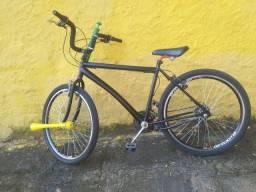 Bike aro 26, 21 marchas, com pneus novos em perfeito estado.