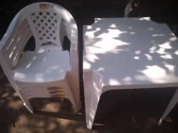 Título do anúncio: Vende se está mesa com essas cadeiras fone *