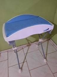 Trocador azul com banheira branca.