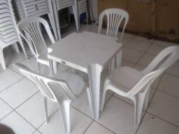 Mesa e cadeira de plastico resistente