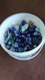 Coleção de balde com bolinhas de gude e pedras de vidro
