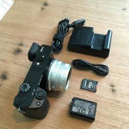 568c05e667a1d Camera Sony a6000 + Lente 25mm f1.8 + Bateria, carregador e cartão 64gb