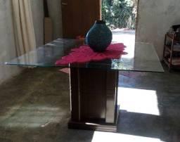 Mesa com base de vidro.
