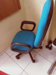 Vende se uma cadeira para escritório
