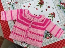 Casaquinho de crochê para bebê feito a mão