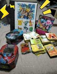 +ou- 900 cartas pokémon + 1 álbum, 3 latas e 1 carta grande.
