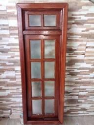 Janela pivoltanre de madeira maciça pivoltante com vidro e tranca.