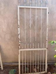 Título do anúncio: Vendo uma porta e um portão