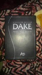 Vendo bíblia de estudo dake