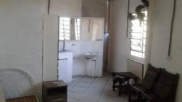 Kitinete R$ 500,00 (sem condomínio) com 2 banheiros, 2 pias, móveis, monit. câmeras