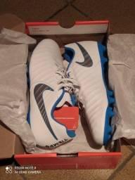 Chuteira da Nike profissional na caixa