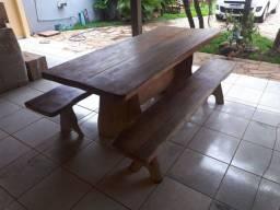 Título do anúncio: Vendo mesa de madeira com 2 banquetas. 2,05 de comprimento x 0, 87 de largura.