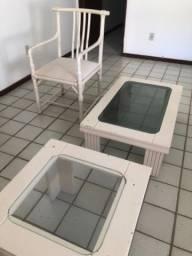 Cadeira, mesa de centro e mesa lateral