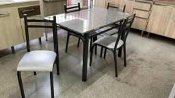 Mesa com 4 cadeiras tampo de mármore