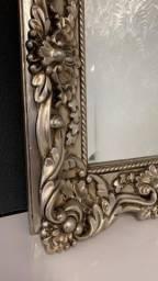 Espelho com moldura rebuscada