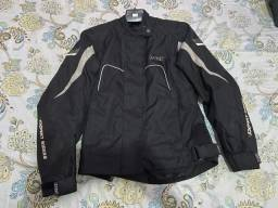 Jaqueta e bota motoqueiro