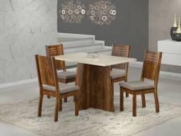 Mesa com 4 cadeiras muito boa