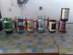 Copos feitos de garrafas
