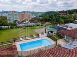 Casa térrea em condomínio, com piscina e terreno amplo no centro da Blumenau.