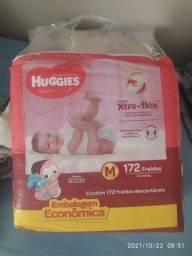 Título do anúncio: Fralda huggies M vermelha