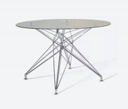 Mesa de jantar base estrela com tampo de vidro redondo.