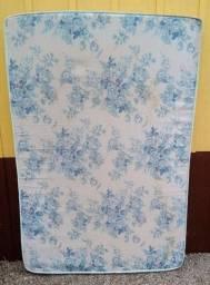 Título do anúncio: Colchão de casal, branco, florido em azul.