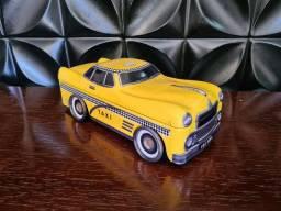Lata em formato de carro