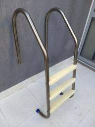 Escada para piscina semi-nova. Estrutura e parafusos aço inox, degraus em ABS