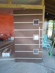 Porta pivotante e janela