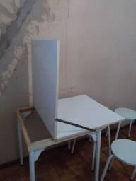 Vende-se um  jogo de mesa com 4 cadeiras