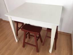 Mesa com três banquetas