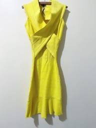 Vestido de tecido firme que marca a silhueta