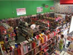 Fundo de loja, gôndolas, check-out, prateleiras