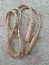 Corda de pular com cabo de madeira