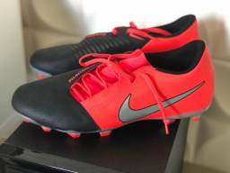 Chuteira Nike Phatom VENOM club . CAMPO