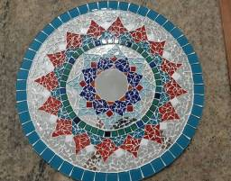 Mandala artesanal. Com mosaico de pastilhas de vidro, cerâmica e espelho