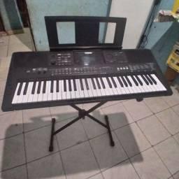 Vendo este teclado yamaha psre 463,valor 1800 à vista.