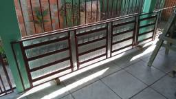 Janela veneziana com vidros