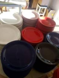 Pratos coloridos grande quantidades