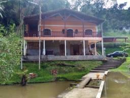 Sítio com 12.000 m², com casa, piscina e 2 belos lagos, próximo da rodovia